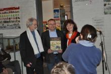 uitgever, auteur en administrateur-generaal AOE poseren met het boek voor de pers