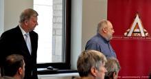 Onder het goedkeurend oog van Vincent Van Dessel (Euronext) start Guy Bertrand met zijn uiteenzetting
